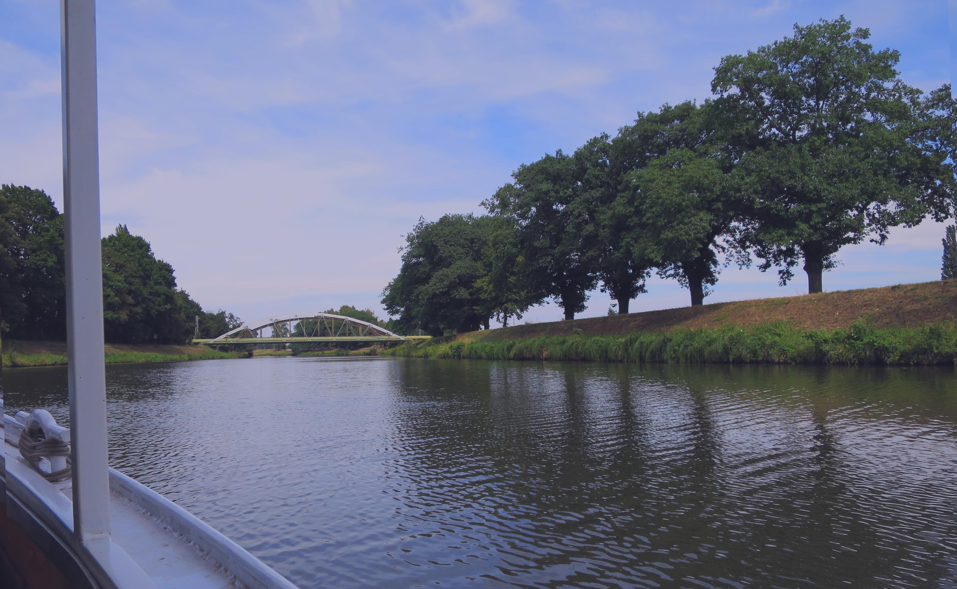 Plavba na lodi po řece se stromy okolo