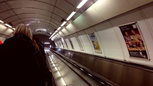 Pohled z eskalátoru v pražském metru