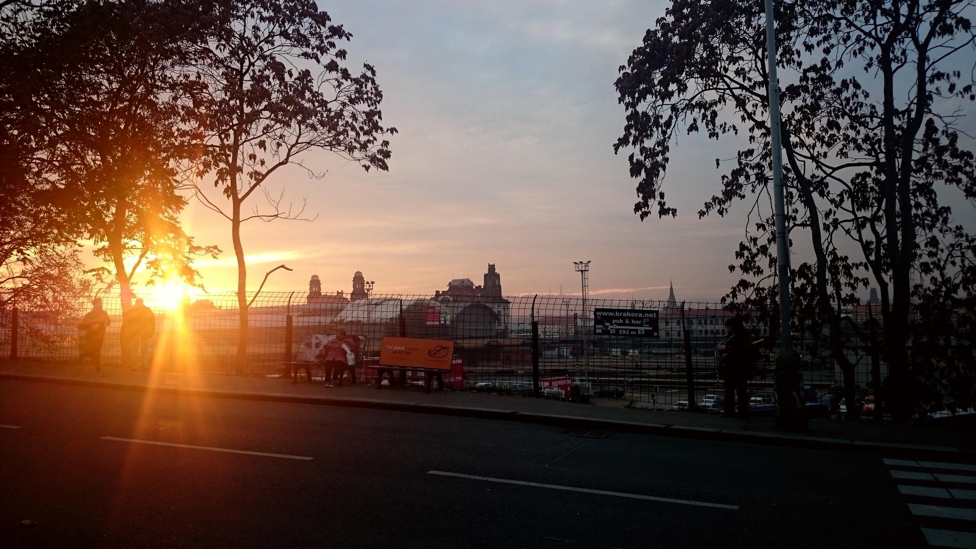 Západ slunce nad Prahou z pohledu náměstí Winstona Churchilla