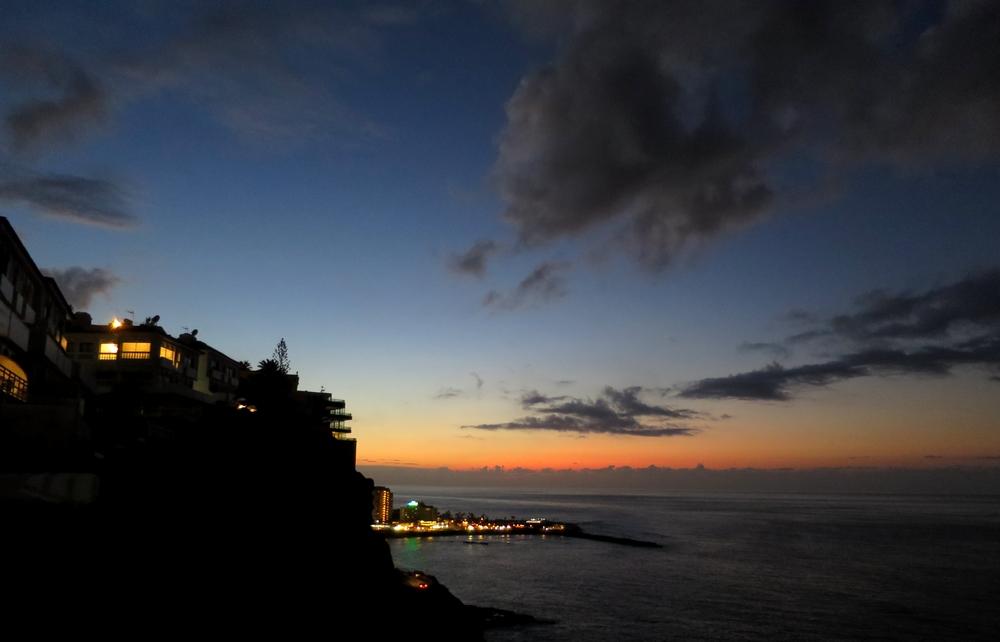 Západ slunce nad pobřežím